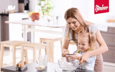 Mutter beim Backen mit Tochter