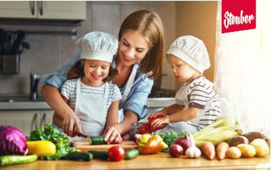Mutter beim Kochen