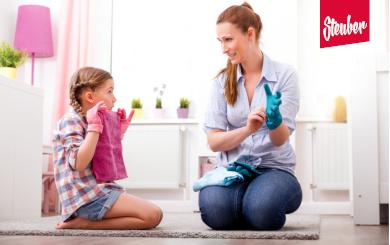 Mutter mit Tochter bei der Hausarbeit