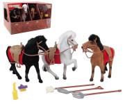 Drei Pferde im Stall, 17 x 15 cm, in verschiedenen Farben, mit Sattel und Trense, beflockt, mit Bürste, Besen und weiterem Zubehör