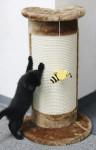 Kerbl Kratzsäule CORNER braun, 58cm; mit Biene am Band