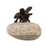 Rivanto® Gartenfigur Gusseisen Biene auf Stein 11,5 x 14 x H11,7 cm Tierfigur Gartendekoration