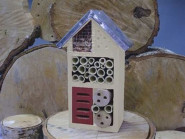 Rivanto® Kleines Insektenhaus aus Holz, mit Metalldach, 15 x 9 x 26 cm, Terrassendeko, Balkondekoration, in rot/naturfarben