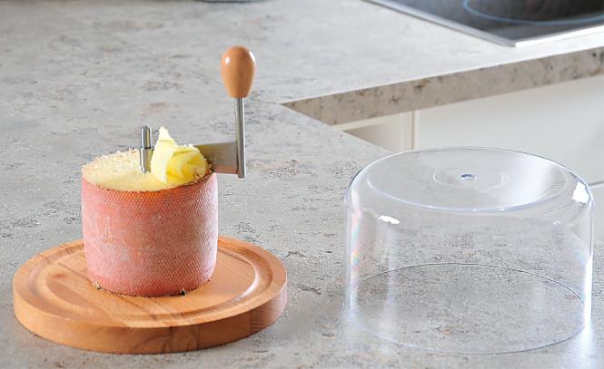 Kesper Käsehobel mit Haube, aus Buche/Kunststoff, Ø 21 x 16 cm